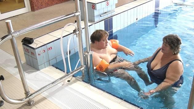 Ve spouštěcím zařízení do vody není elektronika, ale využívá tlaku vody. Je samoobslužné, to může obsluhovat i vozíčkář. Samozřejmě záleží na stupni tělesného postižení.