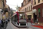 Tramvaj přijíždí na Dolní náměstí
