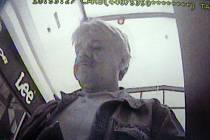 Pachatel na záběru z kamery.
