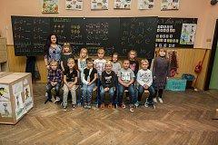 Prvňáci ze Základní školy Rádlo na Jablonecku se fotili do projektu Naši prvňáci. Na snímku je s nimi třídní učitelka Dana Křivánková.
