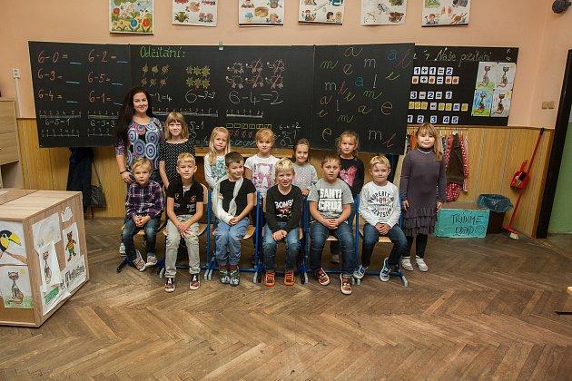 Prvňáci ze Základní školy Rádlo na Jablonecku se fotili do projektu Naši prvňáci. Na snímku je snimi třídní učitelka Dana Křivánková.