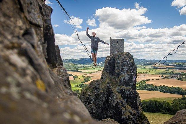 Lanochodci přecházeli 1. července po laně nataženém mezi věžemi zříceniny hradu Trosky v  Českém ráji. Akce se uskutečnila v rámci programu Léto na Troskách.