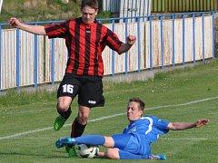 Fotbalisté Desné těsně prohráli s týmem Doks (v modrém) 2:1.