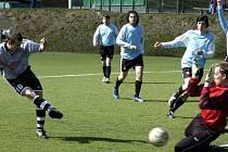Malá Skála vyhrála v 16. kole Okresního fotbalového přeboru na umělém pažitu v Desné nad Harrachovem 5:1. Dvě branky hostů vstřelil Zdeněk Kotrba (na snímku vlevo).