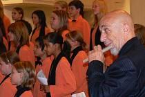 Dětský pěvecký sbor ZUŠ Jablonec Iuventus, Gaude! koncertoval s Jiřím Stivínem ve společném programu s názvem Improvizace. Tentýž den v poledne zpíval sbor v Praze Svatému otci.