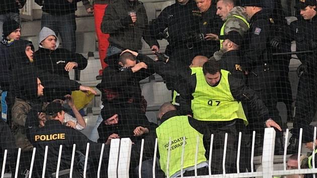 Na snímku střet mezi hostujícími fanoušky a Policií a pořadatelskou službou v druhé polovině utkání. K zásahu došlo po té, co v sektoru pro hostující fanoušky dohořela světlice.
