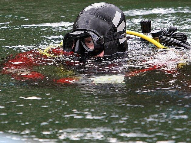 Potápěči jablonecké společnosti Snakesub loví kolo, na kterém chlapec skákal z pontonů na jablonecké přehradě. Ilustrační foto