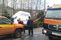 Ve středu dopoledne, krátce po půl dvanácté, se stala v obci Huntířov na Železnobrodsku dopravní nehoda, při níž pod svah sjel řidič dodávkového vozidla.