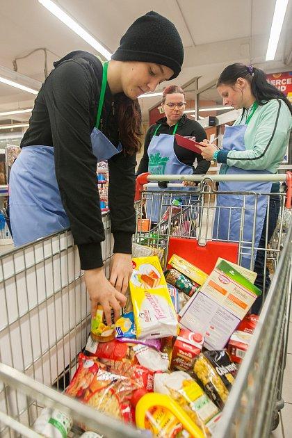 Dobrovolníci pomáhají 11.listopadu při pátém ročníku Národní potravinové sbírky, do kterého se letos zapojilo zhruba 750prodejen zcelé České republiky. Účelem sbírky je darování potravin a drogerie potřebným.