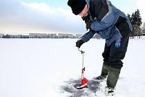Podle slov hrázného Jiřího Chmelaře je deseticentimetrová tloušťka ledu, kterou naměřil v pondělí, na hladině přehrady Mšeno v Jablonci nad Nisou malá a nedoporučuje tady jakýkoliv pohyb lidí. I přes mrazy posledních dní nepromrzla hladina vody dostatečně