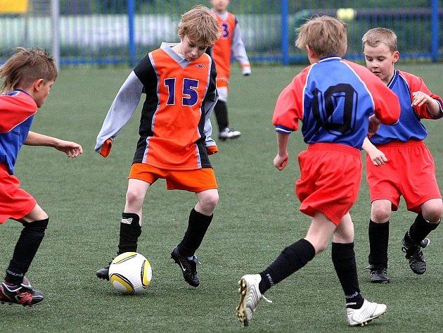 Na hřišti U Nisy odehráli v pátek mladší žáci finále krajského kola McDonald Cup. ZŠ a ZUŠ Frýdlant (šedé rukávy) vs ZŠ Košťálov.