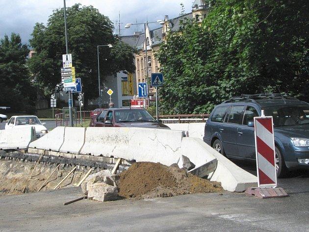Most na silnici 1. třídy v ulici Mostecká v Jablonci prochází opravami.