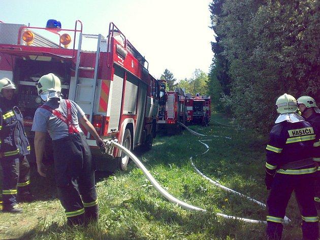 V sobotu 2. května odpoledne hořel les na Rádle. Vedle profesionálních hasičů z Jablonce se na likvidaci požáru podílely také jednotky  SDH Rádlo a SDH  Proseč nad Nisou.