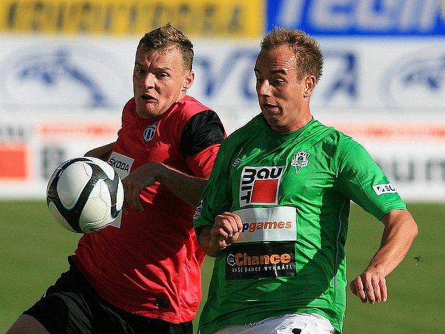 Tomáš Jablonský (vpravo) v pondělním utkání proti Mladé Boleslavi.
