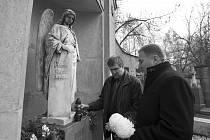 Primátor Petr Beitl a náměstek Miloš Vele u hrobu prvního starosty Jablonce nad Nisou Josefa Pfeiffera.