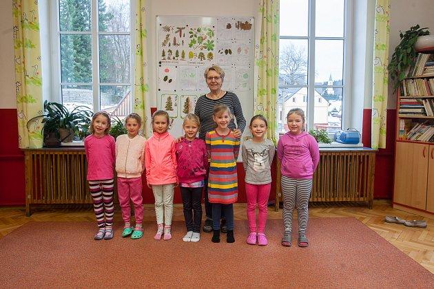 Prvňáci ze Základní školy Albrechtice vJizerských horách se fotili do projektu Naši prvňáci. Na snímku je snimi řiditelka Hana Janušková.