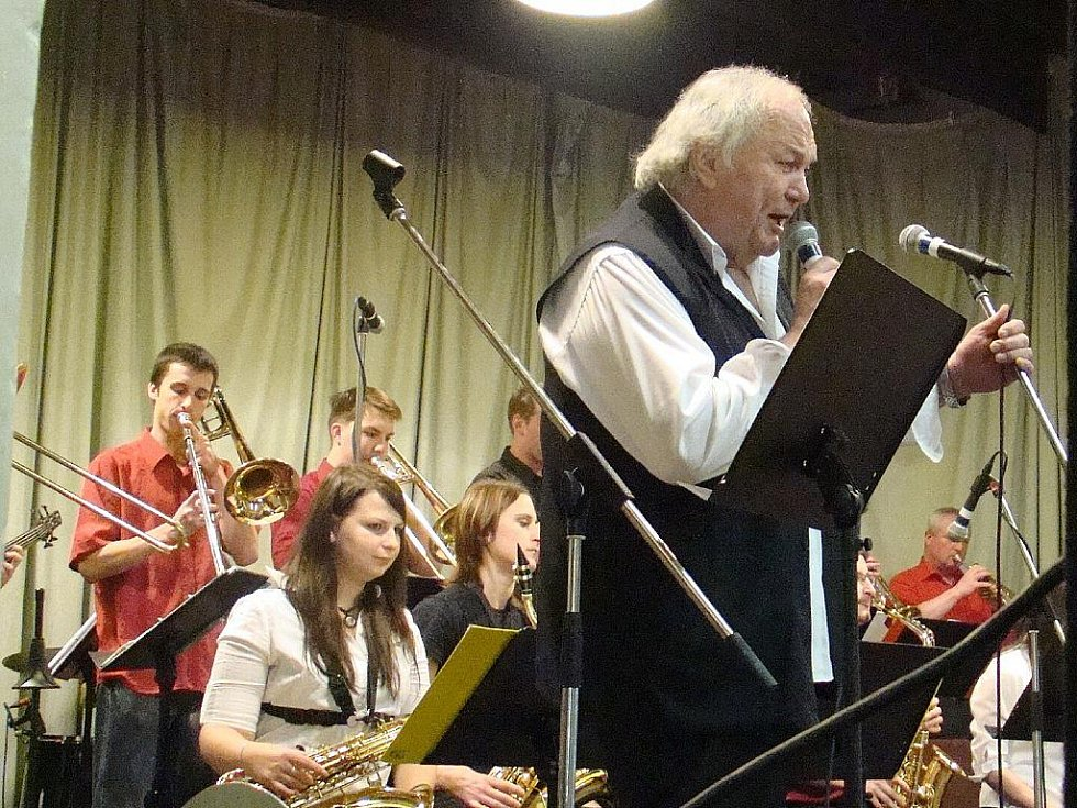 Kmenovým zpěvákem Veselky je i Milan Černohouz.