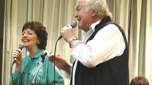 Kmenovým zpěvákem Veselky je i Milan Černohouz. A Blanka Tůmová-Šmídková.
