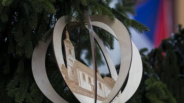 Vánoční ozdoby na stromku v Jablonci