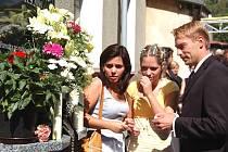 Svíčku přišla zapálit i sestra usmrcené Dáděnky Dagmar s dcerou
