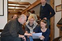 Vladimír Komňacký (vlevo) hovoří s návštěvníky.