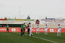 Ouvertura zápasu na Kypru. Hráči Jablonce (v zeleném) a Dynama Kyjev při losu před nedělním utkáním.