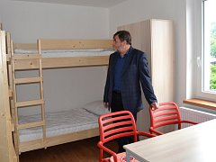 Zrekonstruované pokoje si prohlédl starosta Železného Brodu František Lufinka