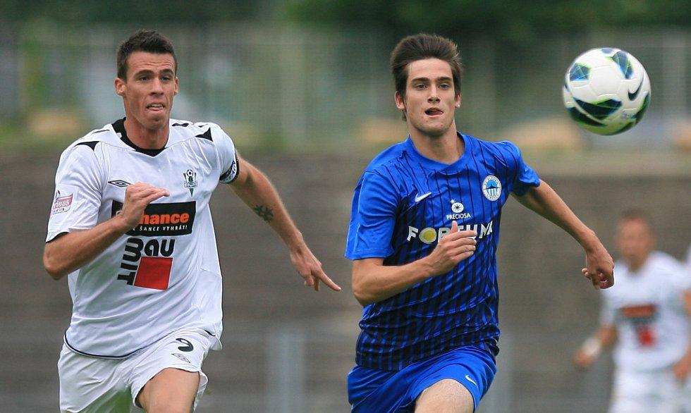 Derby juniorek vyhrál Jablonec (v bílém). Na snímku Milan Vukovič z Jablonce a Jakub Trnka z Liberce.