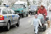 Pátek odpoledne. Kalamitní stav na Jablonecku. U přehrady řídila policie kyvadlovou dopravu tak, aby mohli silničáři postupně odstraňovat stromy hrozící pádem do vozovky.