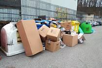 Nepořádek u kontejnerů v ulicích Turnova.