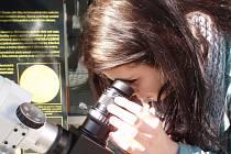 Dalekohledy měli astronomové na Euroregion Tour i v loňském roce, to se ale daly pozorovat skvrny na Slunci. Letos to je větší tahák: 70 % zatmění Slunce v pátek dopoledne. Úkaz začne v 9.38.