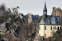 Panteon a Vranov před zřícením opěrné zdi. Turisté se dostanou do skalního hradu, do kaple kvůli sesuvu nádvoří ne.