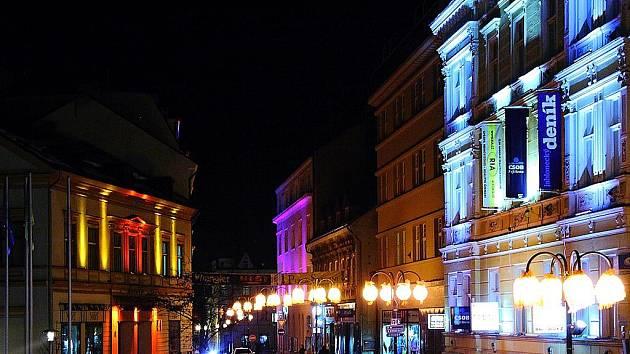 Centrum Jablonce v noci hýří barvami.