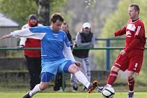 Fotbalisté Mšena a Desné (v modrém) se v derby rozešli smírně remízou 1:1.