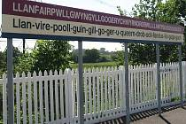 Nádraží ve velšské obci se pyšní zápisem v Guinessově knize rekordů 2002. Samotný název místa je ale až na třetím místě na světě. Walesany předběhli Novozélanďané.