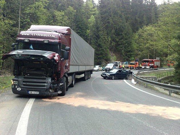 Na silnici I/10 v úseku za Železným Brodem u čerpací stanice Mýto se ve středu krátce před polednem srazil nákladní vůz s osobním. Dopravní nehoda zcela zablokovala průjezd.