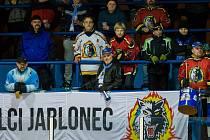 První zápas osmifinále play off 2. ligy ledního hokeje se odehrál 25. února 2017 na Jabloneckém zimním stadionu. Utkaly se celky HC Vlci Jablonec nad Nisou a NED Hockey Nymburk. Na snímku fanoušci Jablonce.