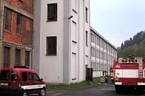 VŠICHNI ZAMĚSTNANCI SE DOSTALI VEN. Při pondělním požáru v Plavech se nikomu nic nestalo. I tak ale vznikla stotisícová škoda na materiálu a vybavení, které agresivní plameny spolykaly.
