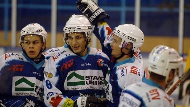 Sokolov dostal v Jablonci sedm branek, jednu z nich dal hostům mladík  v dresu Vlků, obránce Michal Pavlů (uprostřed), kterému na snímku blahopřejí spoluhráči.