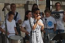 Vystoupení bubenické skupiny ZUŠ ve spojení se zpěvačkou Lenkou Novotnou.
