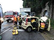 V pátek 8:49 hodin byli jablonečtí profesionální hasiči přivoláni na pomoc do jablonecké ulice Skřivánčí, kde došlo ke střetu osobního automobilu s nákladním.
