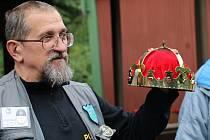 Předseda střeleckého klubu J. Louda představil letošní novou prestižní putovní cenu, kterou na zakázku zhotovili turnovští šperkaři.