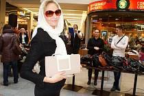 Nejdražší kabelka letošního bazaru. Do aukce ji věnovala herečka Chantal Poullain. Nová majitelka ji vydražila za 3.500 Kč. Zájem byl ale i o ostatní věnované kabelky. Celkem se vybralo 43 025 Kč, které půjdou na školní obědy pro děti z chudých rodin