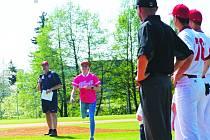 Biatlonistka Markéta Davidová slavnostně odpálila první domácí zápas baseballistů Blesku. A vedle si zkušeně.