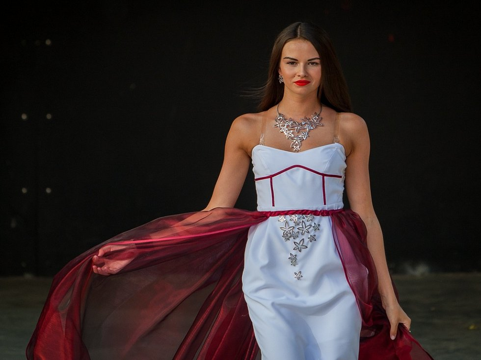 Sedmý ročník prodejní výstavy sklářských a bižuterních firem Křehká krása začal 9. srpna v Jablonci nad Nisou. Na snímku je modelka při přehlídce Made in Jablonec 2018, která proběhla v rámci výstavy.