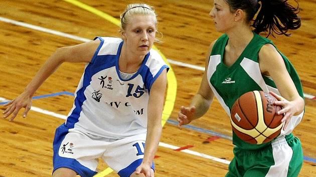 K oslavám šedesáti let založení basketbalu si oddíl TJ Bižuterie pozval k tradičnímu turnaji žen O zlatou korunku týmy Jičína a Mladé Boleslavi.
