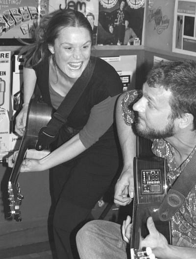 Akustické autorské písničkářské duo Dag a Claire (Claire Hollier a Daniel Ostfeld)