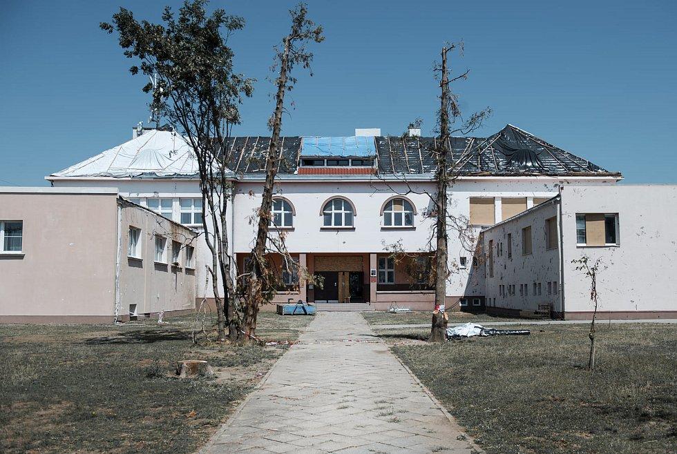 Tornádem zdevastované budovy Základní školy Moravská Nová Ves.