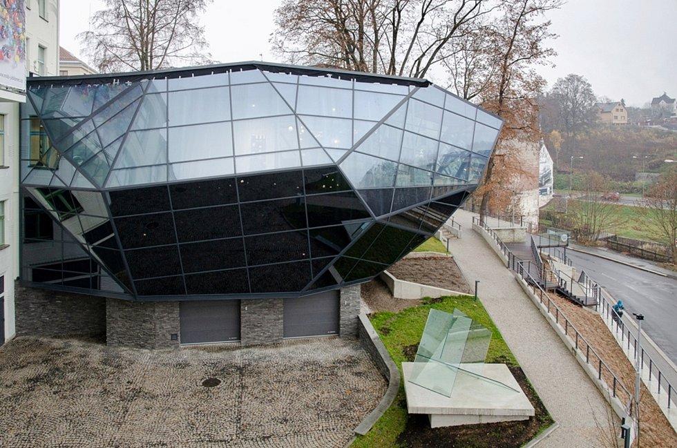Nová plastika v parku Muzea skla a bižuterie Jablonec nad Nisou.