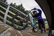 Kvalifikace závodu světové série horských kol ve fourcrossu, JBC 4X Revelations, proběhla 14. července v bikeparku v Jablonci nad Nisou. Finále se koná 15. července. Na snímku je Hannah Escott.